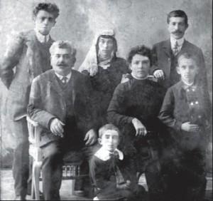 Мой папа Вагинак, дедушкина сестра с мужем, дедушка Илья, бабушка Кумаш, Левон и маленький Арам