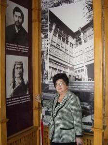 Лейли Хачатурян перед портретами дедушки и бабушки