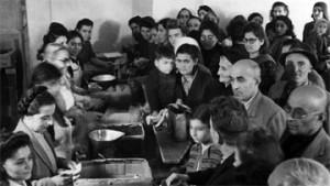Армяне лагеря распределяют продукты