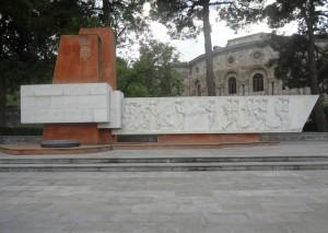 Памятник погибшим в Великой Отечественной войне в Чартаре. За нимздание Дома культуры