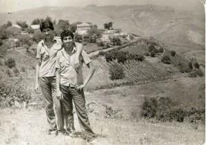 Односельчае Сафаряны на фоне села Кевлюч