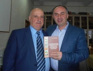 Автор книги Вардгес Сафарян и автор статьи Ашот Бегларян на презентации книги
